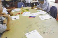 たくさんの意見やアイデアが書かれた、テーブルの上の模造紙