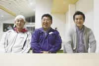 (左から)事務局長の君ケ洞剛一さん、代表の青木健一さん、西条佳泰さん