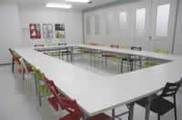 最大24名利用可能な会議スペースは、白を基調とした明るい雰囲気