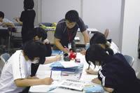 被災地で学習支援を行うボランティア。その多くが元教員や塾講師経験者