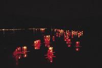 約2000個の灯籠が雄勝湾に浮かんだ