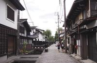 古川町の中心街。昔ながらの風情がある町屋や蔵、用水路には鯉が泳ぐ。