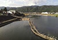 町を流れる宮川。昔ながらの漁法「やな」で川魚を獲る文化が残っている。