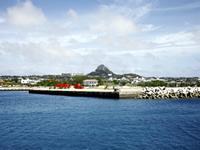 本島からフェリーで30分の伊江島。タッチューの名で親しまれる島のシンボル、城山(ぐすくやま)が迎えてくれる。