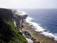 島の景勝地、湧出(わじぃ)展望台からの眺め。波打ち際に真水の湧くポイントがあり、昔から島人の大切な水資源だった。ソーダもラムも、この湧水を利用している。