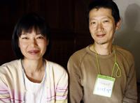 地域通貨の事務局を務める妹尾佳子さん(左)と池辺潤一さん(右)。「よろづは回ってこそ価値のあるお金。100%よろづのマーケット開催など、活発に使われる仕組みを模索しています」。