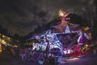 毎年藤野で開催され、昨年は3日間で8000人を動員した音楽とアートのイベント「ひかり祭り」。照明・音響など電力は100%自家発電でまかなう。