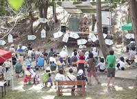 会場は、縄文時代の遺跡が保存されている公園「古代の丘縄文村」。東北の飲食店や雑貨店などの出店が多数あり、ゆっくり買い物を楽しむこともできる。