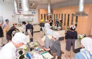 水産業支援は6月だけでも4回の贈呈式・試食会が行われ、これまでに21の支援先に女性を行っている。 写真=和田剛