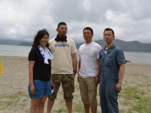佐藤さん(左)と白浜海水浴場再開実行協議会のメンバー。