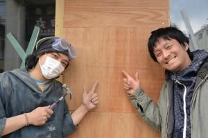 杉浦さん(右)と、自転車日本一周の旅の途中で工事を手伝った伊藤誠さん。改装工事中の建物の前で。