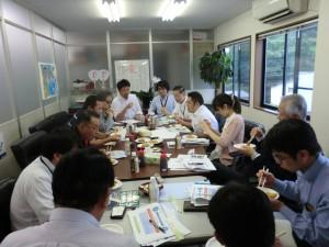 行政や栄養管理、水産関係など関係者が一緒になり開発したメニューの試食を行う