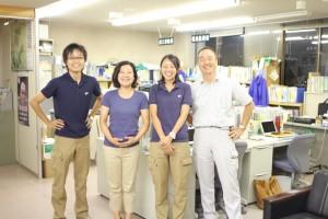 別組織だが役場の中に事務所がある。左から若田さん、服部さん、笹山さん、江刺さん