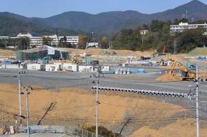 建設が進むJR女川駅舎(手前左)