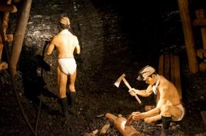 当時の坑道をリアルに再現した「模擬坑道」