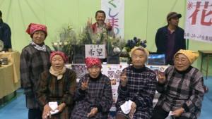 2014年10月に開催された観光物産展で、トルコギキョウ栽培農家の川村博さん(中央奥)らが、来場者に花の配布イベントを行った。トルコギキョウの花言葉は「希望」。農業再生への願いを込める。