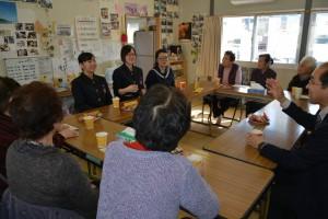釜石girlsによる仮設住宅での交流イベント。正面一番右が寺崎さん。