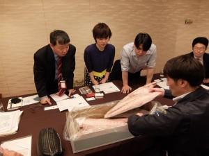 香港の事業者を石巻市に招聘し、石巻魚市場買受人協同組合とともに商談を行った際のようす。左が6次産業化センター事務局長の村上さん
