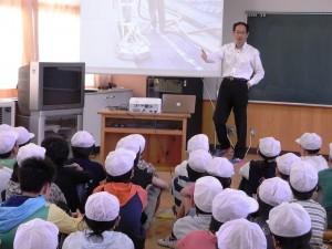 スライド授業で放射線の基礎を伝える坂内先生。イラストや写真を使えば、小学生でも十分理解できる。