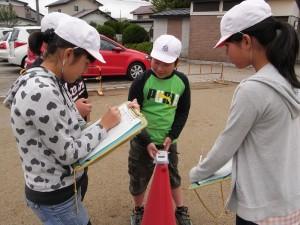 子どもたちにとって自分で測定するのは初めての経験。時間を測る係、記録を取る係と分担し、班ごとに協力し合って取り組んだ