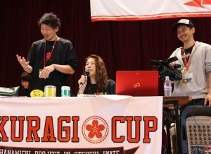 司会・進行を務める矢野さん(中央)と、撮影する河谷さん(右)。試合が終了するたびに、矢野さんはコメントを添えてアナウンスする。