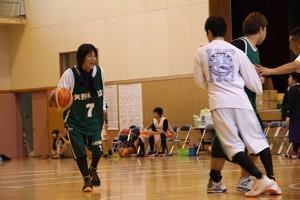 試合中の河合さん(左)
