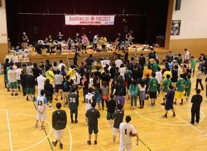試合の合間には「お菓子投げ」などのプログラムもあり、来場者が一緒に楽しめるような工夫もある。
