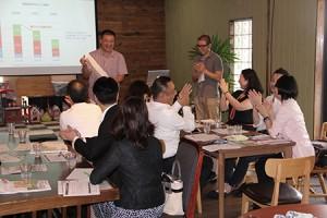 課題解決ワークショップで話し合った内容をチームごとに発表。SAVE TAKATA代表理事の佐々木さん(右から4番目)とアイデアについて直接意見交換した
