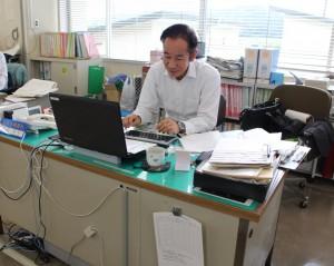 吉成氏は東京の大学卒業後から、天栄村役場で地元に尽くす叩き上げの行政マン。仕事の傍ら、実家の米作りに勤しんでいる。「事故がなければ、変わり者の公務員のままでいられた。米農家の怒りと行政マン存在理由、ふたつの感情が俺を突き動かしていた」