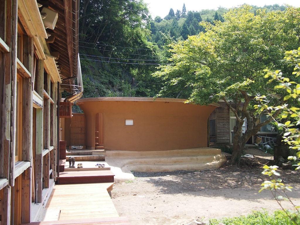 それからお風呂。新しく校舎の脇に建てられた円形の入浴場も、やはり自然素材にこだわっている。校庭側は土壁で、大浜地区の粘土に藁を混ぜて発酵させ、ボランティアの手作業中心で塗り上げられた。山側の外壁には、裏山と熊沢地区の300本の竹が切り出され、あぶって油を抜いたうえで使用。床も雄勝の硯石が敷き詰められている。「ここはなんとなく地産地消のお風呂」と油井さん。10人風呂と5人風呂の2つがあり、男女比によって使い分ける。「夜は満天の星空で、秋は紅葉が見える。お湯はウッドボイラーで沸かしているので、湯あたりがやわらかくて気持ちいい」そうだ。