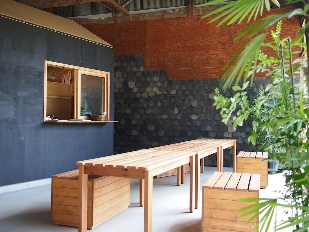 窓口はルームインルームになっており、テーブルや椅子も配されている。壁にあしらわれているのは、やはり硯石のスレートだ。