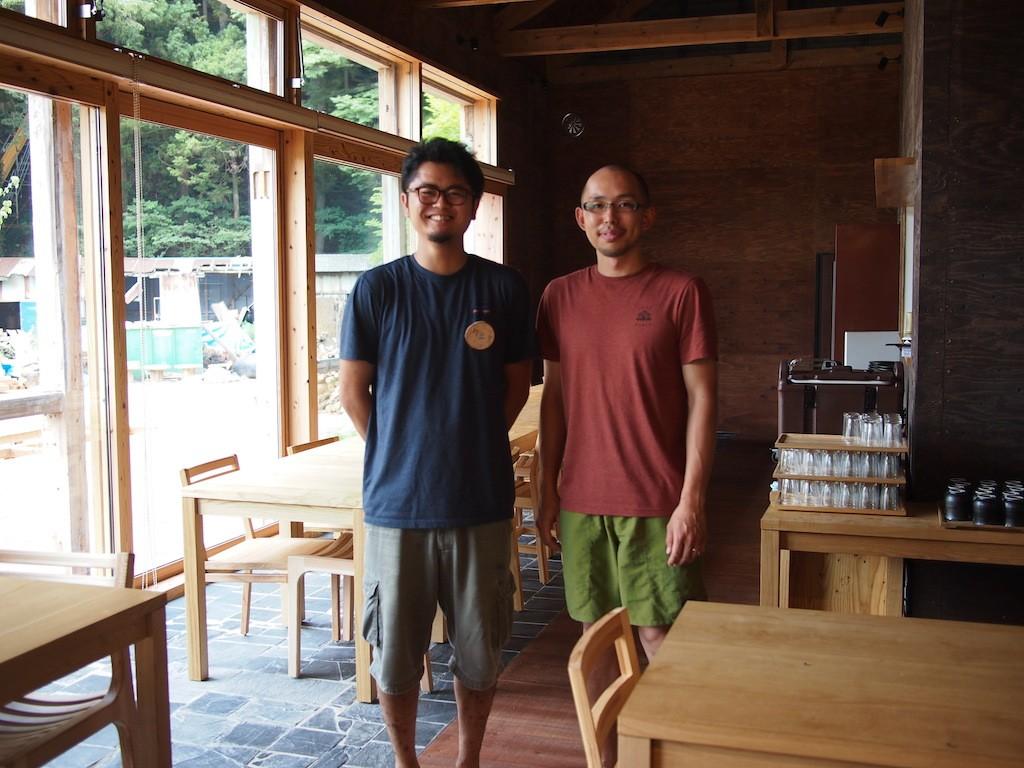 スタッフの経歴もさまざま。本間さん(右)は星野リゾートからの転職、安田さんは(左)学生時代から雄勝に関わり新卒でMORIUMIUSに就職した