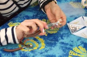 細かな作業もすいすい進む。工具が出ている間、子どもたちはスタッフと遊んだり、テーブルの端で見学したりしている