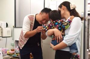 作業の合間に子供たちの面倒を見る松村さん(左)と伊達さん(右)