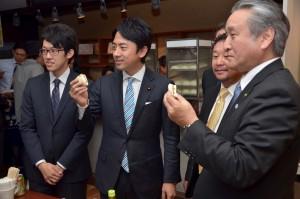 商品発表会には、釜石市長の他、小泉進次郎議員もかけつけた。