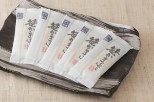 ふんわりもちもちの「笹かまぼこ」。松かまの伝統を純粋に味わうならこの品です。