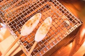 焼く前の「笹かまぼこ」を炎にかざし、こんがりと焼き色をつけて熱々を食べる