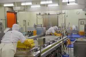 リアスフードを食卓に。の商品を製造する工場の様子。商品化は、熟練のスタッフによる試行錯誤の連続だという。