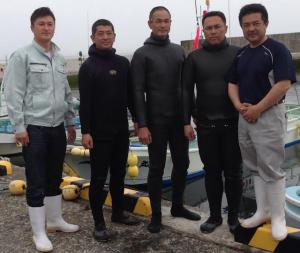 下苧坪さん(左)と、洋野町の漁師達。「世界が唸る北三陸ブランドを一緒につくろう!」