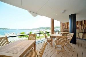 松島湾を正面に望み、やさしい海風に吹かれながらくつろげるカフェ。「何度も訪れたくなるような心地よい場所づくり」を目指している。