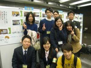 今夏の研修ツアーに参加した國學院大學のメンバー(前列左が鷹取さん、後列右が鈴木准教授)