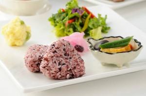 看板ランチ「さくら米セット」では、さくら米おにぎり、おもわく麺、さくら米粥など、古代米シリーズを提供