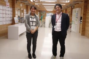 菅野さん(右)と川井さん。大槌臨学舎の校舎内で。