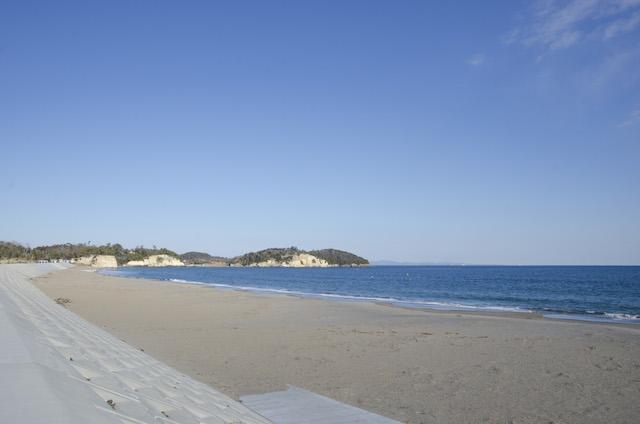 防潮堤の上から眺める菖蒲田浜。松島は金華山まで望める景色のよさでも人気。 撮影:浅野拓也