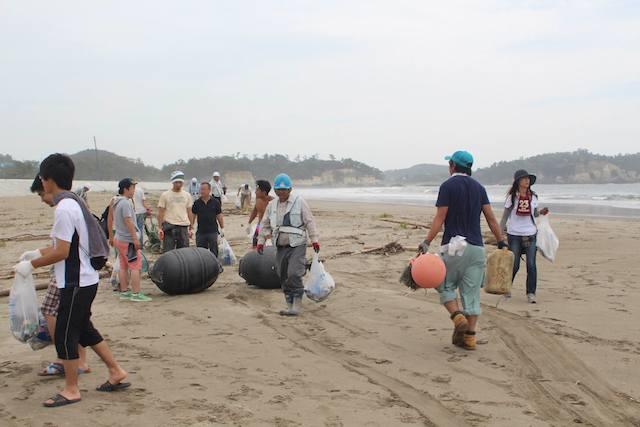 地域企業も協力して実施。多いときには100名近くも参加するというビーチクリーン。 写真提供:Art Cafe & Bar SEASAW