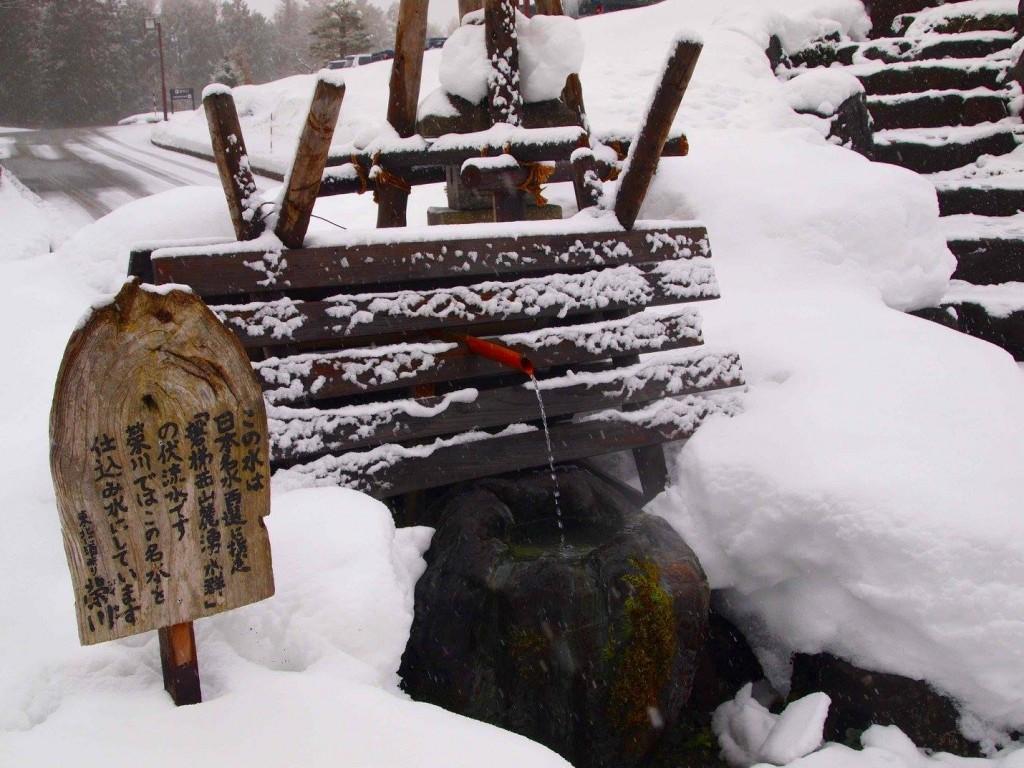 地下100mから汲み上げている水は、数十年もの時間を経て自然にろ過され、安定した品質を誇ります。