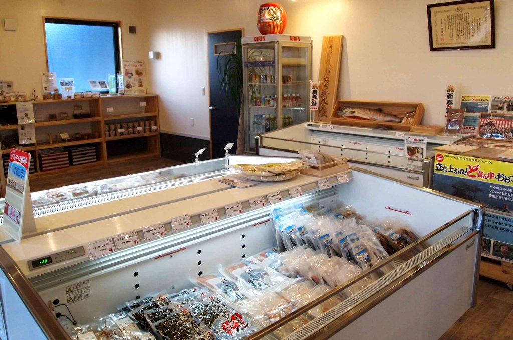 さまざまな商品が並ぶ直売所。食堂も併設されており、地元の食材にこだわったメニューを充実させていく予定です。