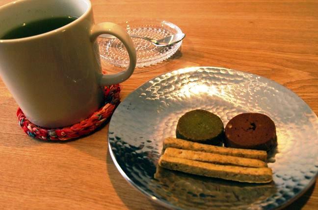「中町カフェー」で提供している、気仙沼産の桑の葉茶と仙台のNPO法人が製造する添加物不使用の焼き菓子。「県内の良質で美味しいものを紹介したい」というWATALIS代表の引地さんによるセレクト。