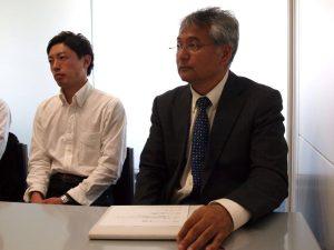 理事長の大田原さん(右)は、「サッカーと子どもたちのためなら何でもするよ」と、関東から何度も福島に足を運んでくれた元浦和レッズ監督のエンゲルスさんの姿勢に感銘を受けたといいます。