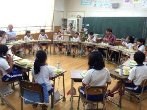 小学校の授業に参加し、一緒に給食を食べることも。とにかく子どもたちと触れ合う機会を増やしました。